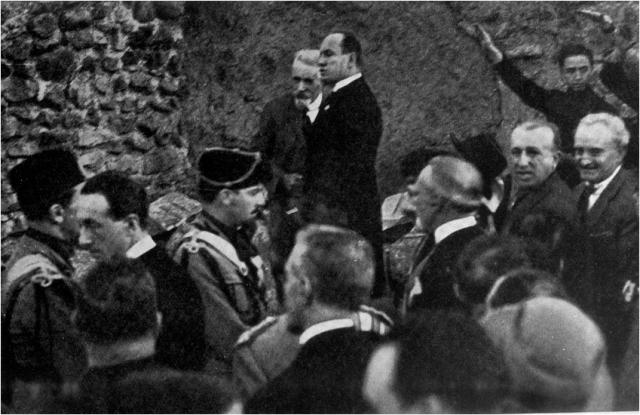 Giacomo Boni e Benito Mussolini presso l'ara di Cesare, da Eva Tea, Giacomo Boni nella vita del suo tempo, 2 voll., Milano 1932